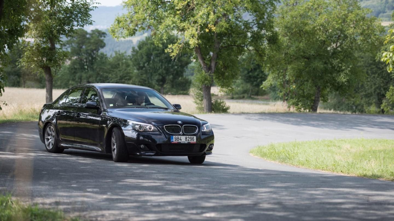 BMW 530i se akce navzdory pohodlné nátuře nebojí.
