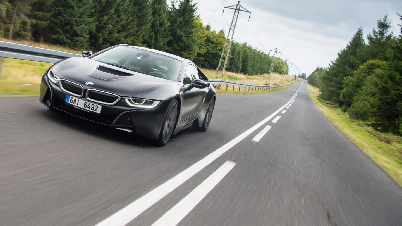 Působivé BMW i8 Protonic Frozen s matně černým lakem.