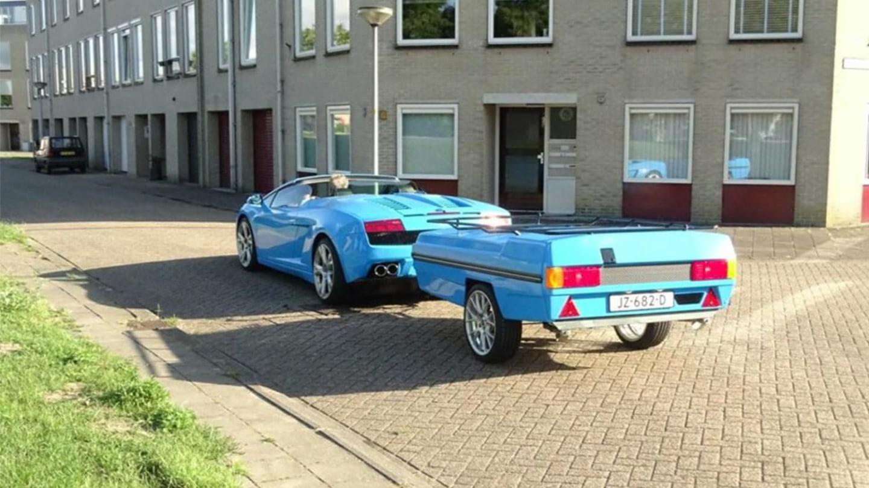 I za Lamborghini se dá připojit přívěs.