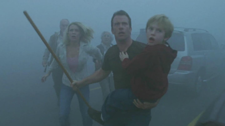 17) Mlha (2007) - David (Thomas Jane) a jeho syn Billy se jednou ráno vydávají do města na nákup. Než se ale nadějou, obchod obklopí hustá mlha, která v sobě skrývá víc, než se na první pohled zdá.