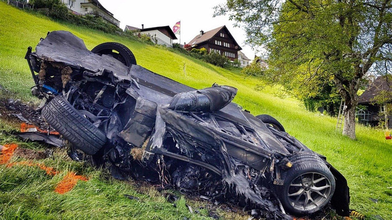 Vrak elektrického supersportu po nehodě.