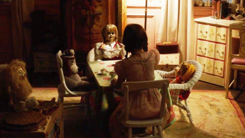 Annabelle 2 - Pokračování hororu z roku 2014 se bude soustředit na tvůrce Annabelle a jeho ženu, jejichž dcera před 20 lety tragicka zemřela, a kteří se nyní rozhodnou poskytnout domov skupině dívek ze sirotčince. To se Annabelle líbit nebude.