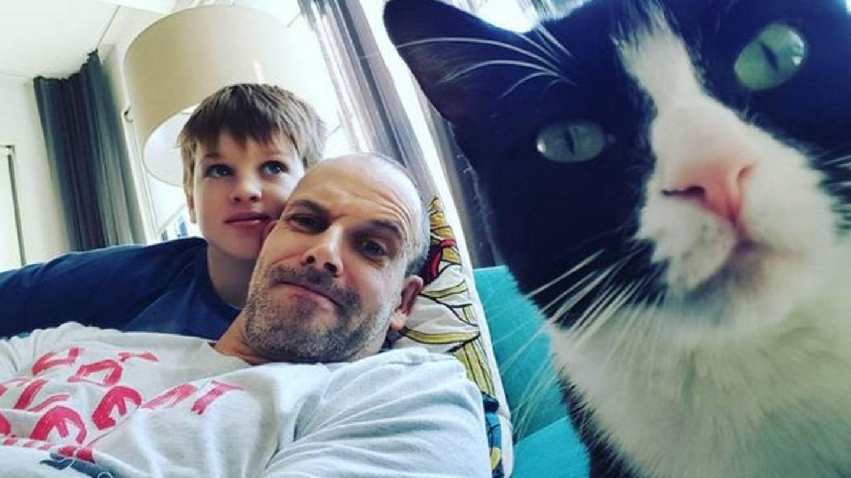 Johnny se svým synem a fotogenickým kocourem