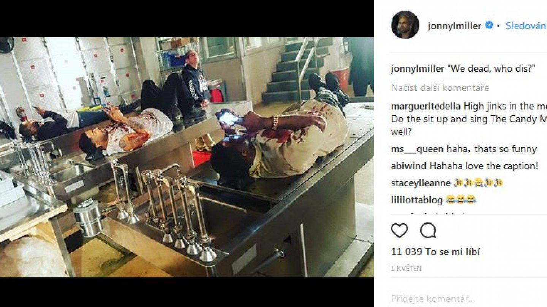 """""""Mrtvoly"""" na stolech si krátí volnou chvíli na smartphonech před seriálovou klapkou"""