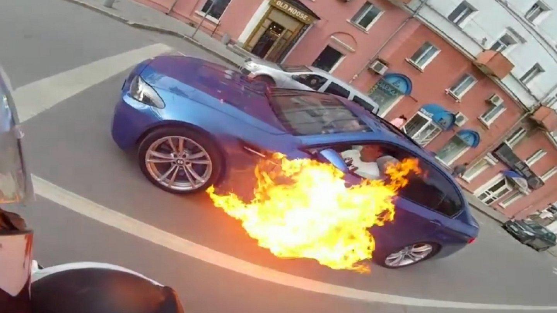 Hořící auto zkusil uhasit rychlou jízdou