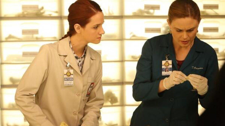 Emily jako hvězda seriálu Sběratelé kostí