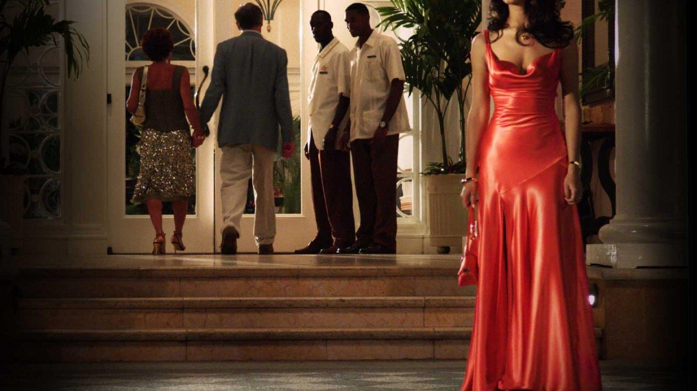 Bond ji potkal na parkovišti, skončili spolu v jeho pokoji. Není divu.