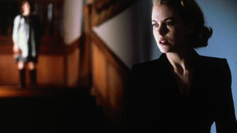 11) Ti druzí (2001) - Je konec Druhé světové války a Grace (Nicole Kidman) čeká se svými dvěma dětmi na návrat svého muže. Brzy však zjistí, že spolu s nimi doma čeká ještě něco.