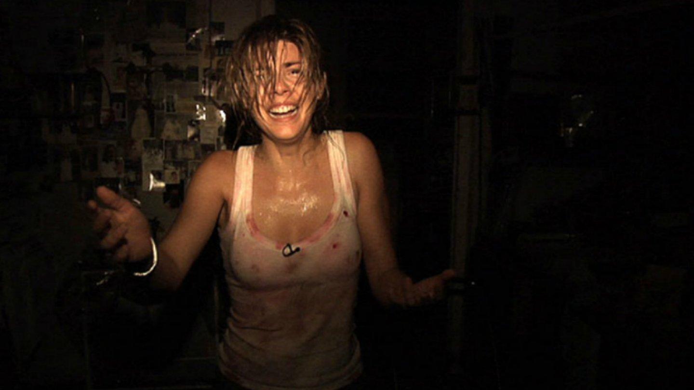 15) REC (2007) - Mladá televizní reportérka a její kameraman právě dělají reportáž z hasičské stanice, když požárníci přijmou tísnovou výzvu staré ženy, která je uvězněná ve svém domě. A hodně netradiční reportáž může začít.