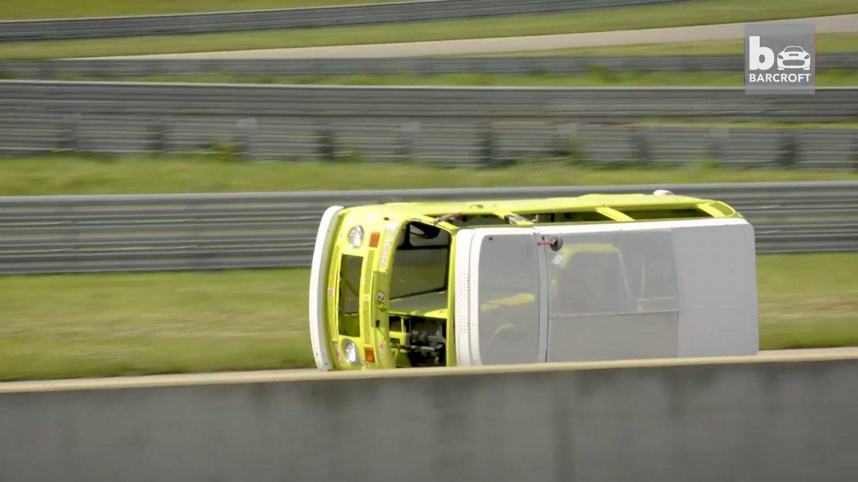 Nepřevrátil se. Závodní VW Bus jezdí po dveřích schválně.