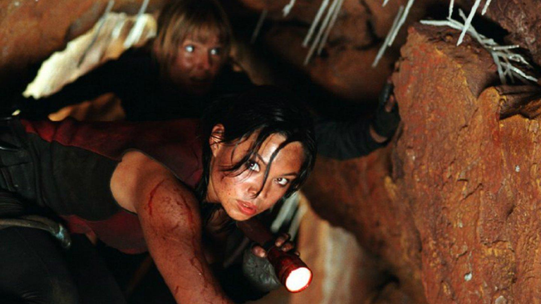 9) Pád do tmy (2005) - Rok po brutální nehodě se parta kamarádek vrací zpátky prolézt jednu odlehlou jeskyni. Uvnitř ale čeká další pohroma.