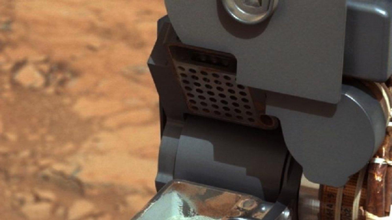 První fotografie vzorku odebraného sondou Curiosity pořídila sama sonda Curiosity. FOTO: NASA