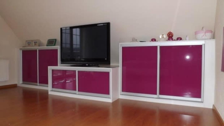 Část stolku je nižší a je předsazená, ostatní skříňky poskytují úložný prostor. FOTO: Vestavenky.cz