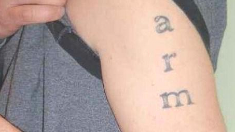 Tetování pro zapomnětlivé. Bude se hodit, až jednou majitel této kérky nebude vědět, kde mu hlava stojí. Pro jistotu by ještě měl doplnit, jestli se jedná o levou, nebo o pravou ruku.