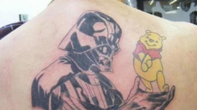 Který idol z dětství to u něj nakonec vyhraje? Darth Vader z Hvězdných válek, nebo medvídek Pú? Na zádech je má ale definitivně oba!