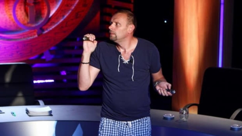 Miloš Knor si před první klapkou posvítil na diváky
