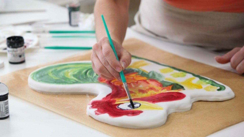Markéta se rozhodla namalovat kohoutky na bočnice houpačky