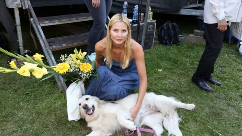 """Ivana Gottová s absoloventem """"Helppsí školy psích pomocníků"""""""