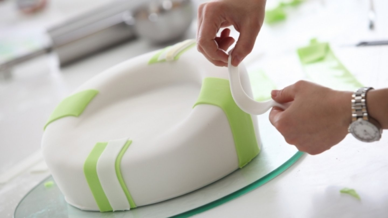 Markéta zdobí dort proužky