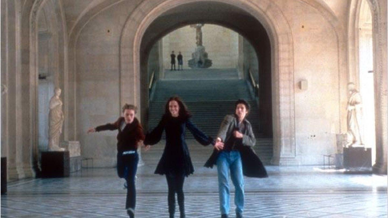 Eva Green pobíhá se svými kumpány v sametových šatech