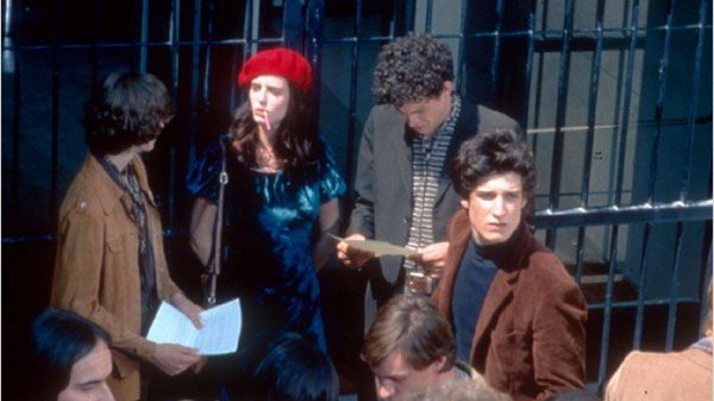 Modré sametové šaty podpořil ještě rudý baret