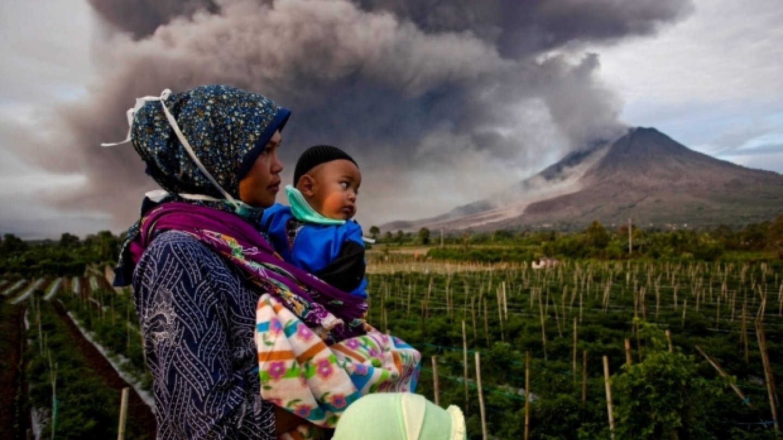 Hora Sinabung, Severní Sumatra, Indonésie, nadále chrlí popel a kouř... vulkanická aktivita zůstává na vysoké úrovni.