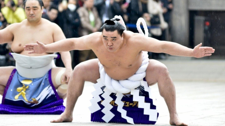 Velci šampióni sumó předvedli v Tokiu ceremonii dohjóiri, slavnostního vstupu do ringu, aby oslavili Nový rok a pomodlili se před začátkem prvního velkého šampionátu v letošním roce.