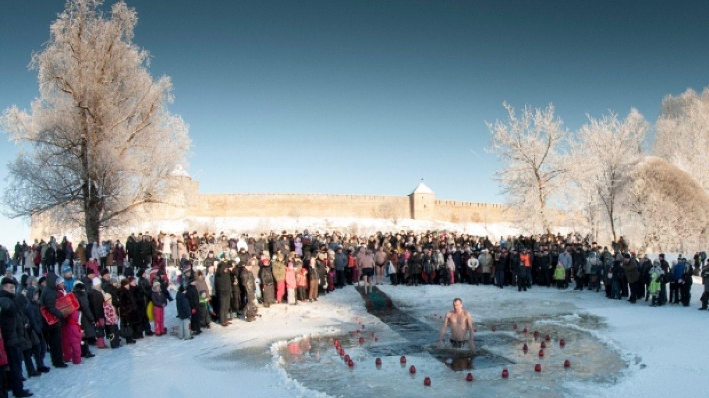 Pravoslavní věřící po celém světě absolvovali tradiční tříkrálovou koupel. V Rusku a dalších zemích, kde nyní vládne zima, byla voda ledová.