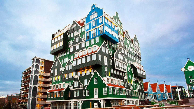 Tradiční styl v této čtvrti - zeleně natřené útlé domky nalepené jeden na druhý