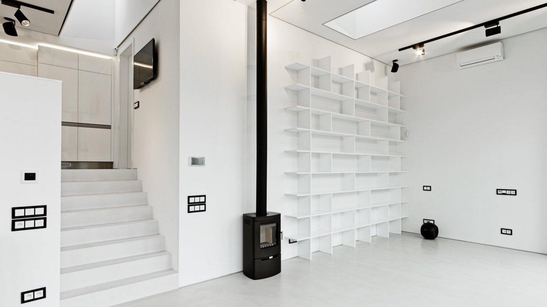 Vlevo nad schody si všimněte světlíku