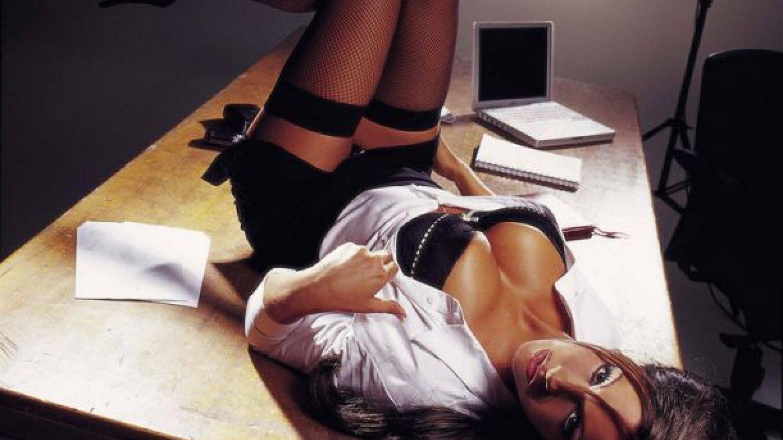"""Pokud jste se někdy podivovali nad podobností slov """"sekretářka"""" a """"sekret"""", tak po zhlédnutí libovolného porna z korporátní zasedačky se už nikdy podivovat nebudete"""