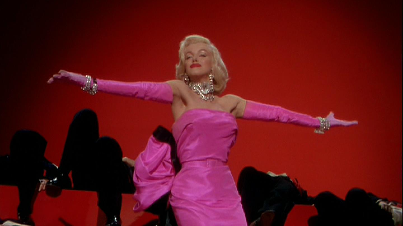 Marylin Monroe předvedla růžovou róbu ve filmu Páni mají radši blondýnky