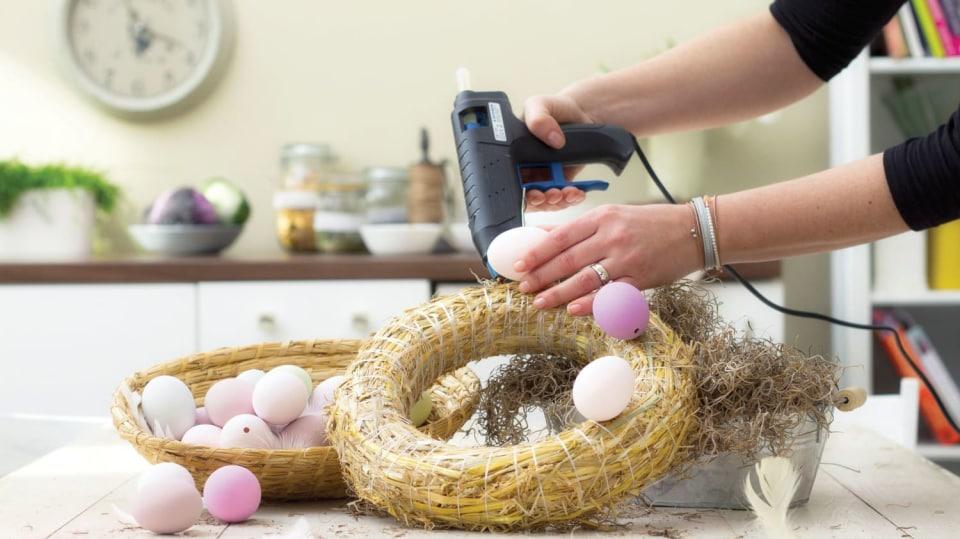 Nalepte vejce na korpus