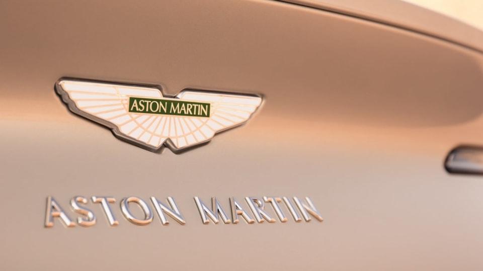 Nádherný roadster Aston Martin DB11 Volante. 18