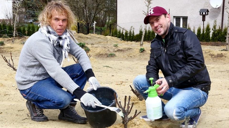 Recept na jarní postřik s názvem bordó jícha. Na pomoc zahrádkářům přicházejí Láďa Hruška a Petr Doležal