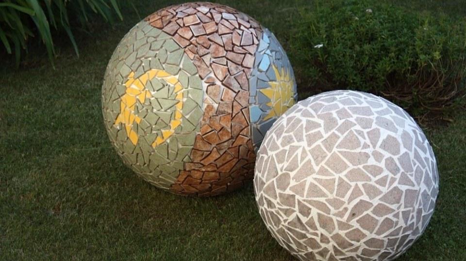 Mozaikové koule se stanou opravdu originální podzimní dekorací vaší zahrady