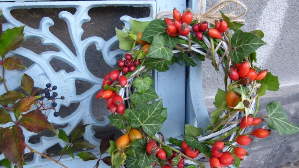 Podzimní dekorace z různých druhů šípků