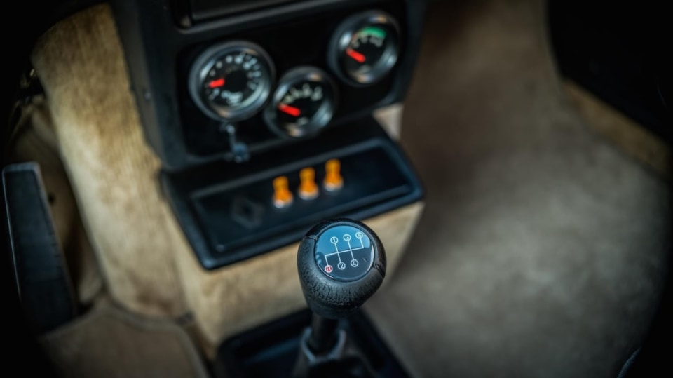 Renault 5 Turbo ve vzácné verzi Evolution. 40