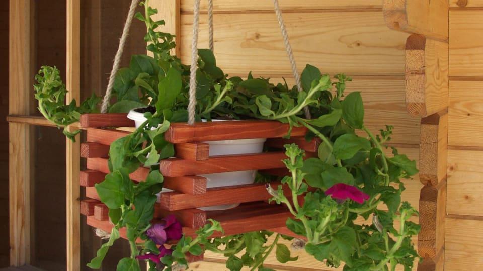 Jak vyrobit jednoduchý květinový závěs z latěk  1