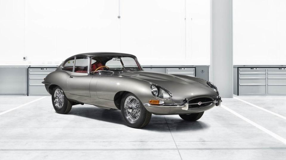 Stovky klasických Jaguarů a Land Roverů v obřím centru 9