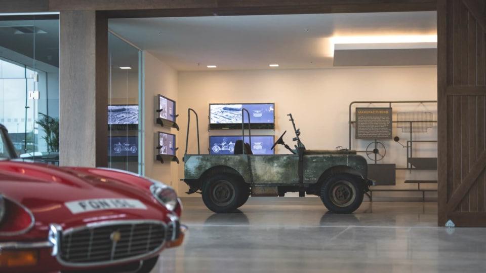 Stovky klasických Jaguarů a Land Roverů v obřím centru 17