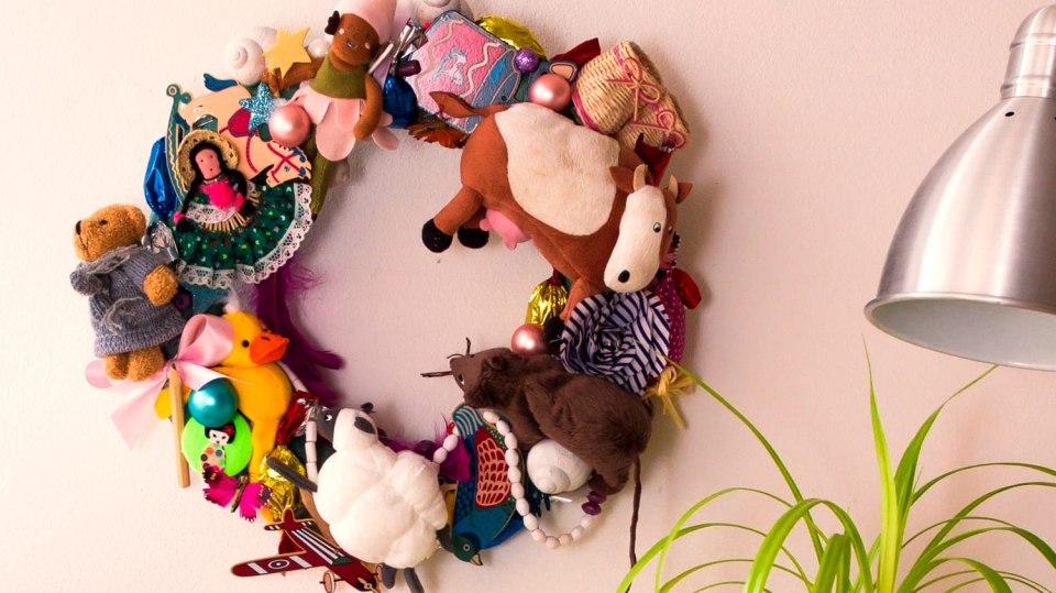 Jak vyrobit báječnou dekoraci do dětského pokoje: Věnec z hraček 6