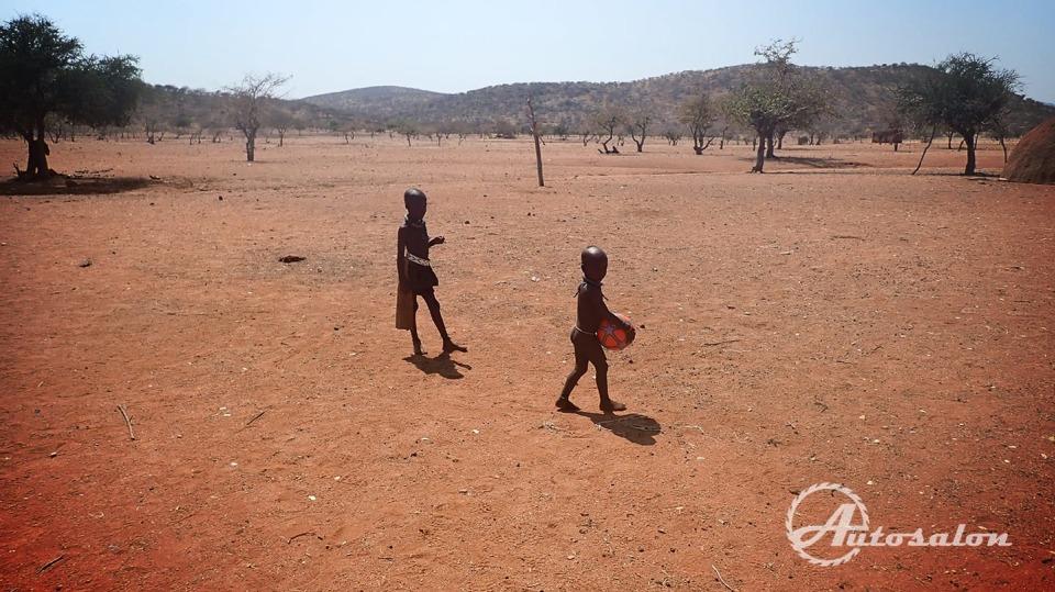 Radost dětí z kopacího míče