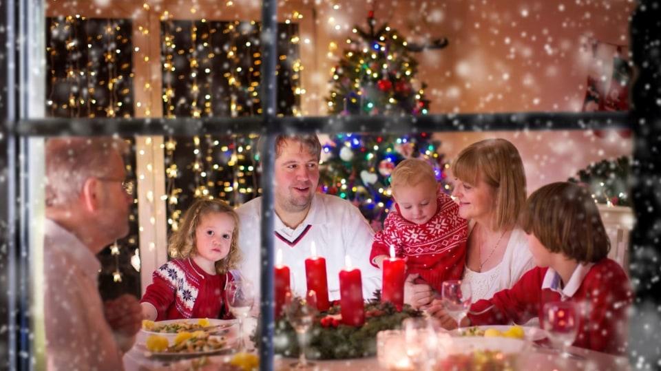 Vánocům sluší noblesa: rodina u štědrovečerního stolu