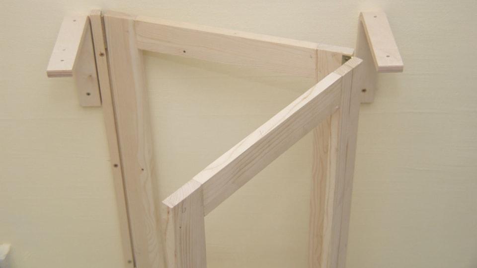 Sklopný stolek: mezi podpěry se musí vejít skládací rámová noha