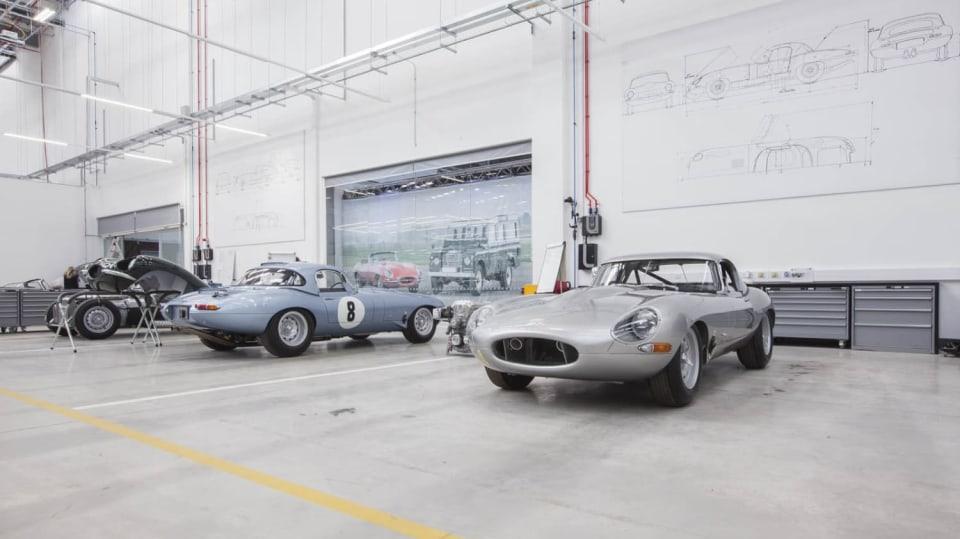 Stovky klasických Jaguarů a Land Roverů v obřím centru 6
