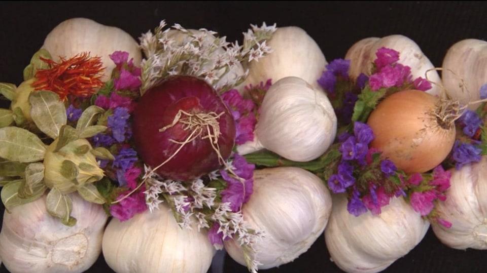 Netradiční uskladnění česneku = originální podzimní dekorace