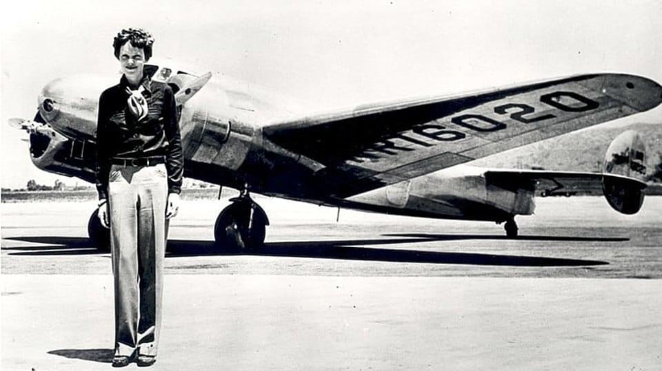 Ztracená letkyně před svým letounem