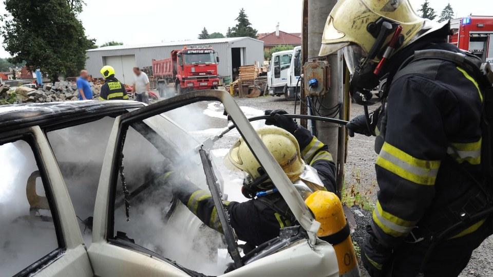 Požár zničil elektrickou Škodu Favorit 1