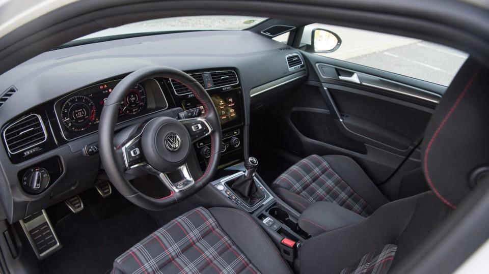 Volkswagen Golf GTI interiér 1
